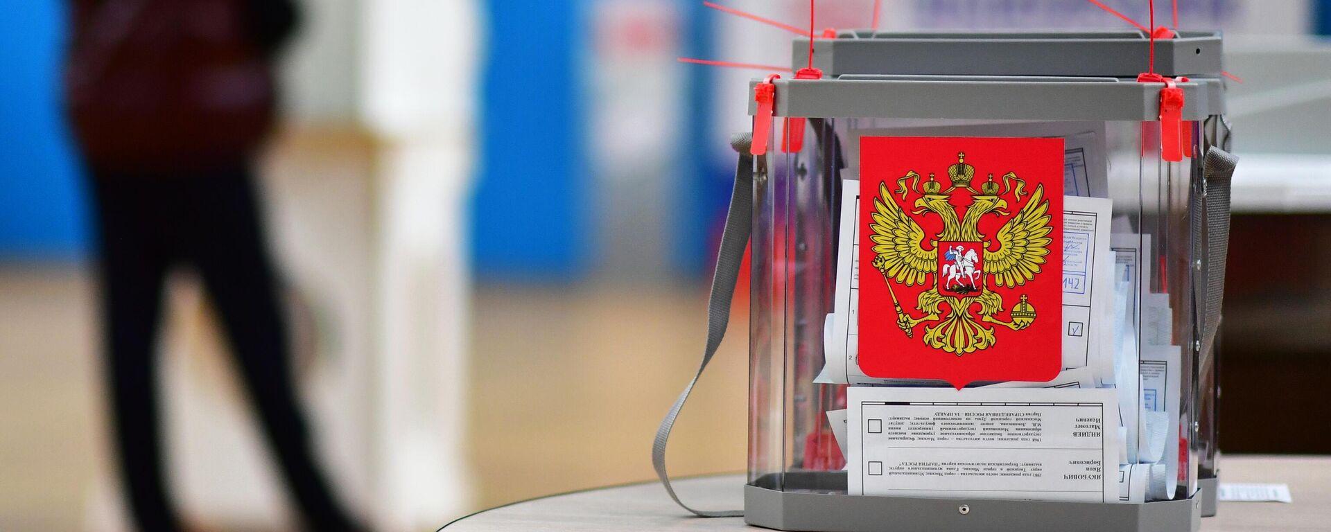 Una urna en las elecciones parlamentarias en Rusia - Sputnik Mundo, 1920, 21.09.2021