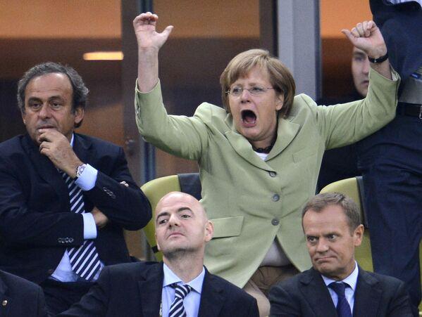 Angela Dorothea Kasner nació un 17 de julio de 1954 en Hamburgo. Pasó su infancia y adolescencia en la República Democrática Alemana (RDA), a donde su padre, un sacerdote luterano de raíces polacas, fue trasladado poco después de su nacimiento. Después de graduarse en el Instituto de Física de la Universidad de Leipzig, Merkel trabajó como asistente de investigación en el Instituto de Química Física de la Academia de Ciencias de la RDA.En la foto: Angela Merkel durante el partido de fútbol de la Eurocopa 2012 en Gdansk (Polonia). - Sputnik Mundo
