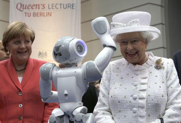 Merkel recibió el mandato de diputada del Bundestag en las primeras elecciones alemanas de diciembre de 1990. El entonces canciller, Helmut Kohl, la nombró para el cargo de ministra de Asuntos de la Mujer y la Juventud.En la foto: la canciller alemana Angela Merkel y la reina Isabel II del Reino Unido durante una visita a la Universidad Técnica de Berlín (Alemania), en el 2015. - Sputnik Mundo