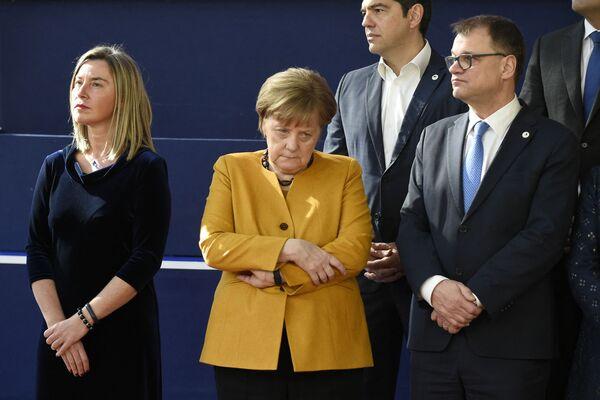 La carrera de Merkel se desarrolló rápidamente: en 1993 se convirtió en presidenta de la CDU de la tierra federal de Mecklenburg-Vorpommern; en 1994 fue ministra federal de Medio Ambiente; en 1998, secretaria general de la CDU; y en 2000, presidenta del partido y del grupo parlamentario en el Bundestag.En la foto: Angela Merkel en la Cumbre del Brexit de la UE de 2019 en Bruselas (Bélgica). - Sputnik Mundo