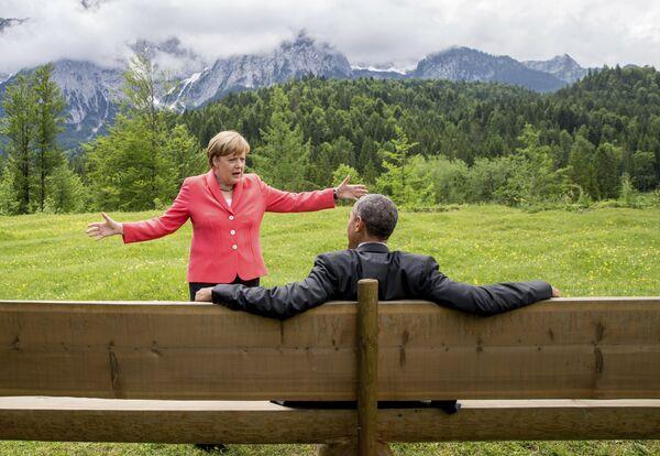 Durante sus años como opositora, cuando Gerhard Schroeder era canciller, Merkel logró fortalecer el partido. Como resultado de las elecciones del 2005, el partido de Merkel obtuvo el 35,2% de los votos y el de Schroeder, el 34,4%.En la foto: la canciller alemana, Angela Merkel, y el presidente de EEUU, Barack Obama, en el hotel Schloss Elmau (Alemania), durante la cumbre del G7 de 2015. - Sputnik Mundo