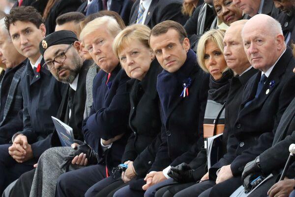El primer Gobierno de Merkel logró el objetivo principal: en el 2007, el presupuesto alemán por primera vez desde la reunificación del país pasó a tener un superávit y el desempleo disminuyó. Pero ya en el 2008, Merkel tuvo que hacer frente a la crisis financiera y rescatar no solo a Alemania, sino a toda la UE.En la foto: Angela Merkel con jefes de Estado extranjeros en la ceremonia para conmemorar el fin de la Primera Guerra Mundial en París (Francia), en el 2018. - Sputnik Mundo