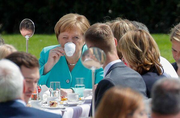 Forbes ha reconocido 10 veces seguidas a Angela Merkel como la mujer más influyente del mundo y The Times la incluyó dos veces en la lista de las 100 personas más influyentes del planeta.En la foto: Angela Merkel en una recepción para conmemorar el 70 aniversario de la Constitución alemana en el jardín del Palacio Presidencial Bellevue en Berlín (Alemania), en el 2019. - Sputnik Mundo