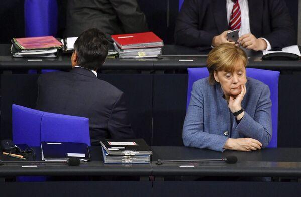 """Merkel nunca tuvo problemas con la reelección, el pueblo de Alemania confiaba incondicionalmente en ella. En un debate en 2013, Angela Merkel se dirigió a los votantes con las palabras """"Tú me conoces"""". Y realmente la conocían: Madame Chancellor era predecible y consistente, lo que encajaba completamente con lo que querían los votantes.En la foto: Angela Merkel en el Bundestag en Berlín (Alemania), en el 2017. - Sputnik Mundo"""