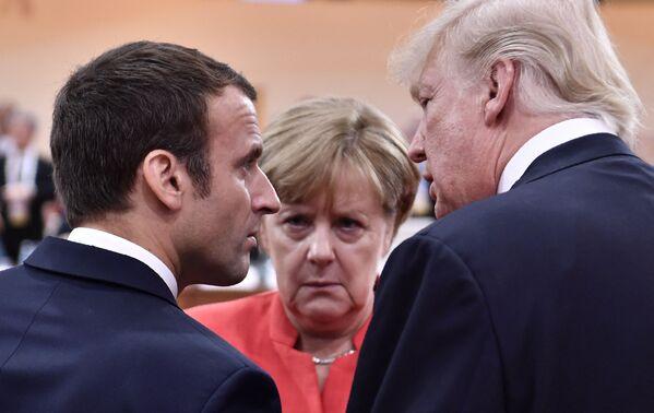 Las reformas más notables del Gobierno de Merkel fueron la abolición del servicio militar obligatorio (el Ejército cambió a una forma de contrato y se redujo en número), el abandono de la energía nuclear y la ley sobre el matrimonio entre personas del mismo sexo.En la foto: la canciller alemana, Angela Merkel, el presidente de Estados Unidos, Donald Trump, y el presidente francés, Emmanuel Macron, durante la reunión del G20 en Hamburgo (Alemania), en el 2017. - Sputnik Mundo
