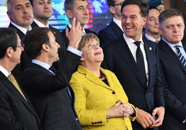 """La autoridad de Alemania en Europa ha crecido significativamente durante la era Merkel. En el 2008, durante la crisis económica, el país asumió un papel de liderazgo en la UE. Según los analistas políticos, esto se logró sobre todo gracias a la delicadeza de Merkel, que combinó una """"cultura de moderación"""" con una """"cultura de responsabilidad"""".En la foto: la canciller alemana, Angela Merkel, con jefes de Estado extranjeros durante una reunión al margen de la cumbre de la UE en Bruselas (Bélgica), en el 2017. - Sputnik Mundo"""