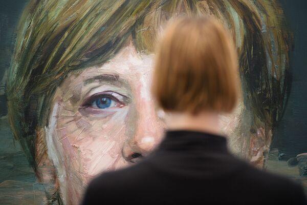Las elecciones parlamentarias en Alemania se celebrarán el próximo 26 de septiembre. El nuevo canciller asumirá el cargo no después de la finalización de la votación, sino después de las negociaciones de coalición sobre la formación de un nuevo Gobierno. Durante todo este tiempo, Angela Merkel seguirá al frente del gabinete.En la foto: retrato de Angela Merkel por Colin Davidson en la Feria de Arte de Londres, Reino Unido, 2016. - Sputnik Mundo