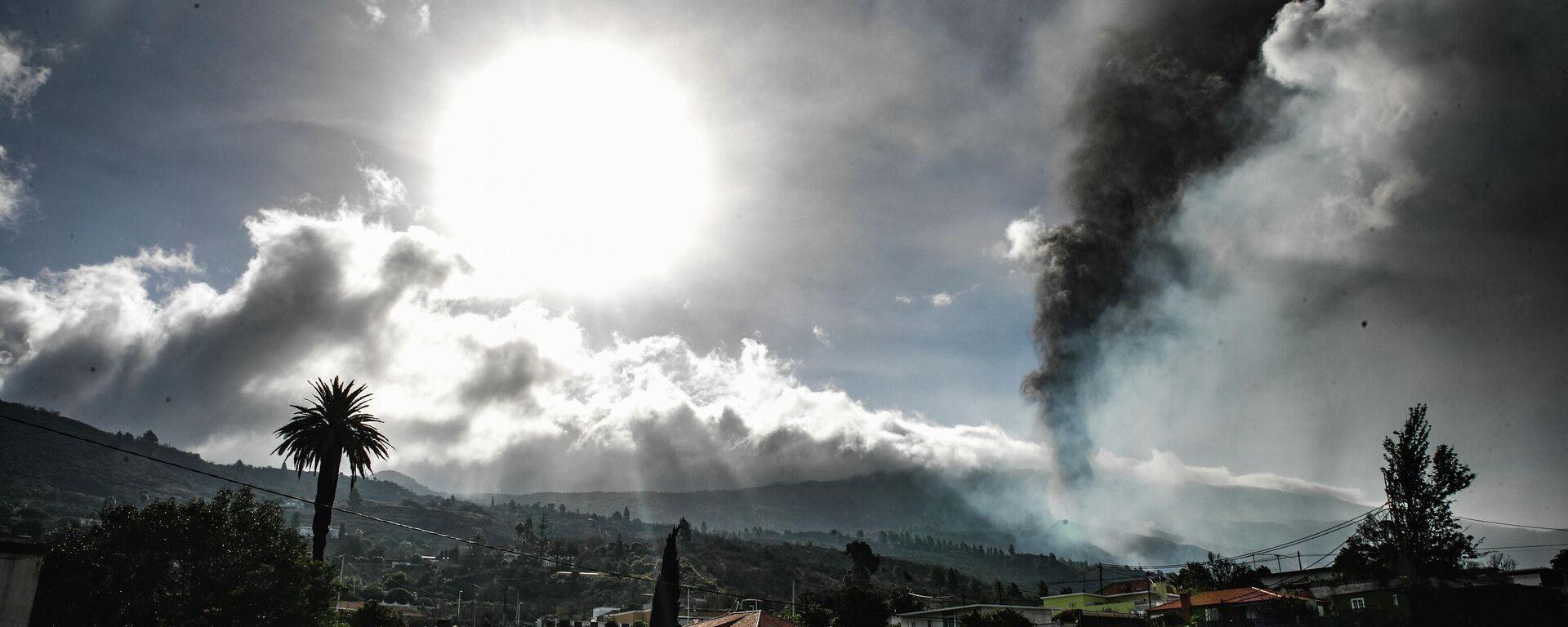 El volcán de La Palma visto desde el núcleo urbano de Todoque - Sputnik Mundo, 1920, 21.09.2021