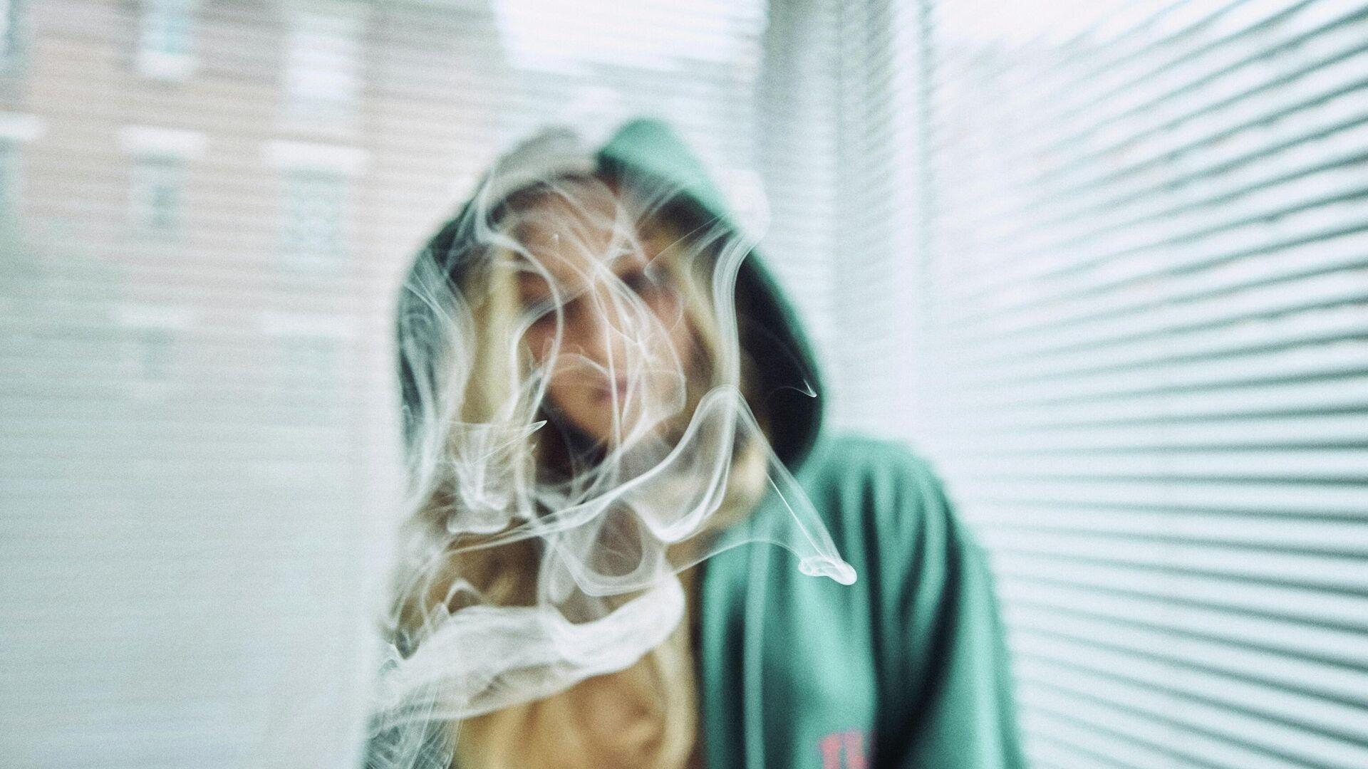 Una mujer entre el humo de un cigarro - Sputnik Mundo, 1920, 22.09.2021