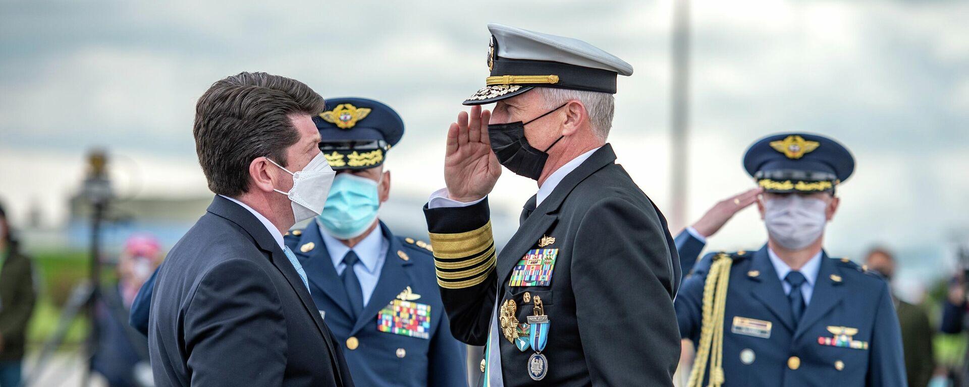 El ministro de Defensa colombiano, Diego Molano, condecorando al almirante Craig Faller, jefe del Comando Sur de EEUU - Sputnik Mundo, 1920, 23.09.2021