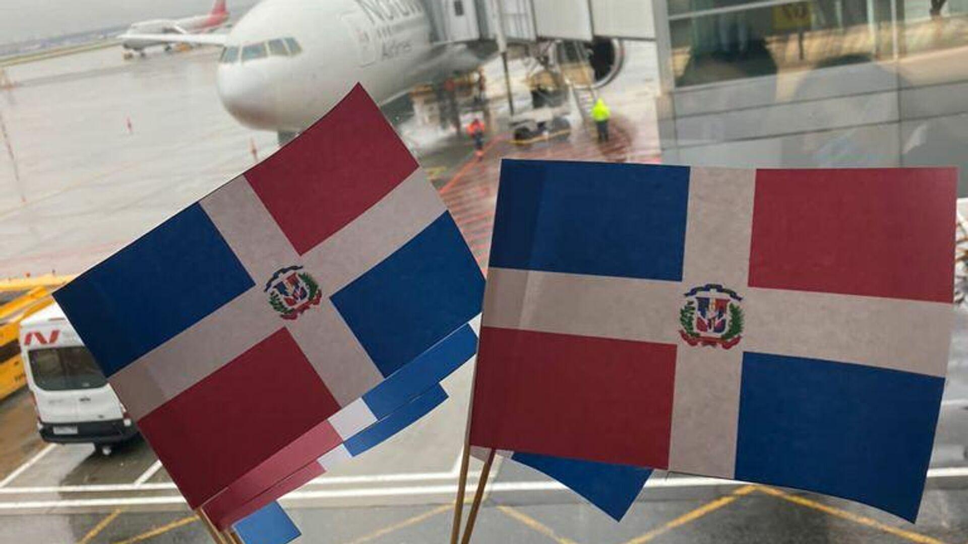 Turistas con banderas de República Dominicana en aeropuerto - Sputnik Mundo, 1920, 09.10.2021