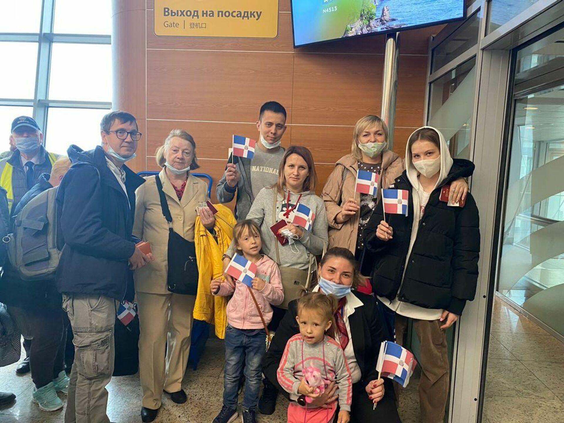 Turistas con banderas de República Dominicana en el aeropuerto de Sheremétievo de Moscú - Sputnik Mundo, 1920, 23.09.2021