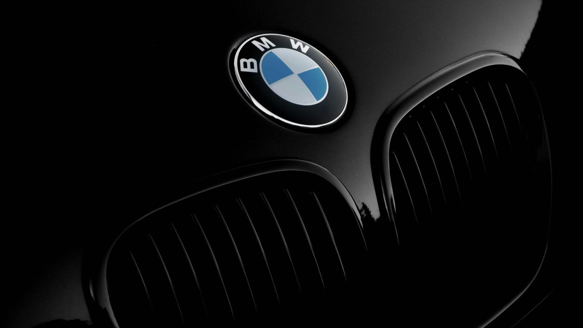 El logo de BMW en la parte delantera de un automóvil de la marca - Sputnik Mundo, 1920, 23.09.2021