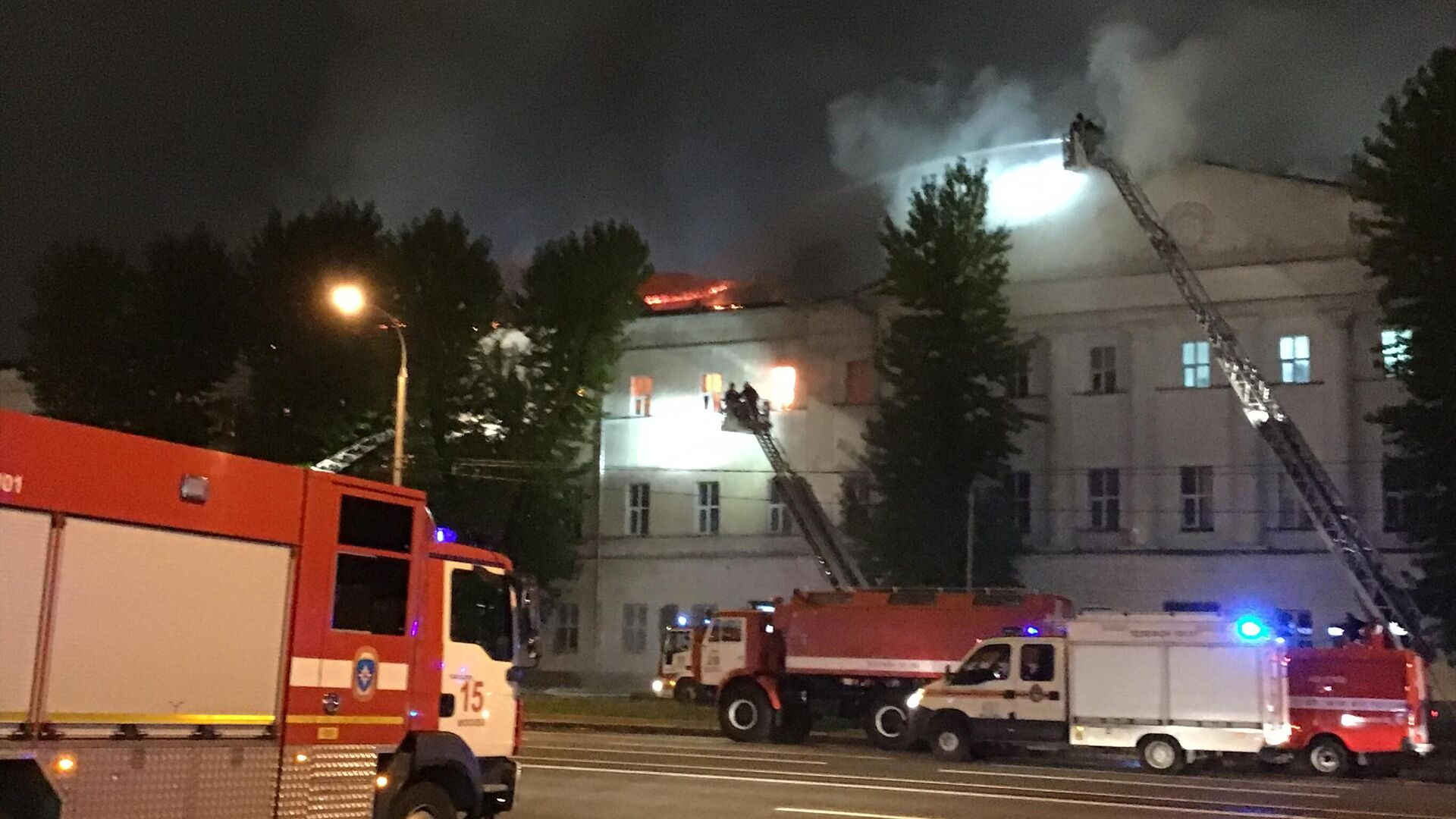 El incendio en la residencia de estudiantes de la Universidad Militar de Rusia.  - Sputnik Mundo, 1920, 24.09.2021