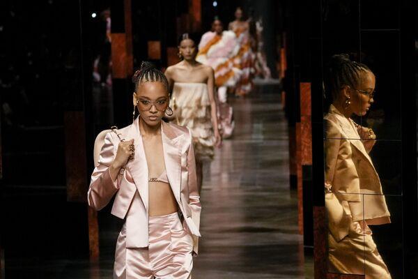 Varias modelos participan del desfile de la nueva colección de primavera-verano 2022 de Fendi durante la Milan Fashion Week, en Italia. - Sputnik Mundo