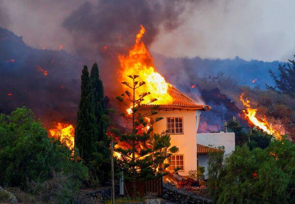 Una casa arde en llamas tras la erupción de Cumbre Vieja en La Palma, las islas Canarias, España. - Sputnik Mundo