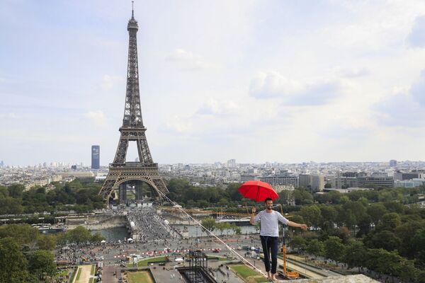 El equilibrista francés Nathan Paulin cruza el río Sena caminando por una cuerda de 670 metros de longitud tendida a 70 metros entre la Torre Eiffel y el Teatro Nacional de Chaillot en París, Francia. - Sputnik Mundo