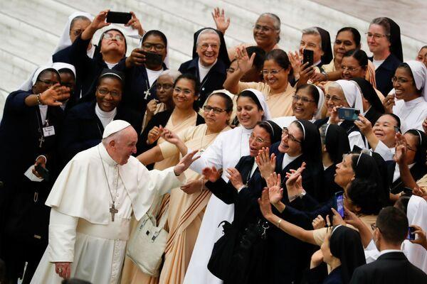 El papa Francisco saluda a varias religiosas durante su audiencia semanal en el Vaticano. - Sputnik Mundo