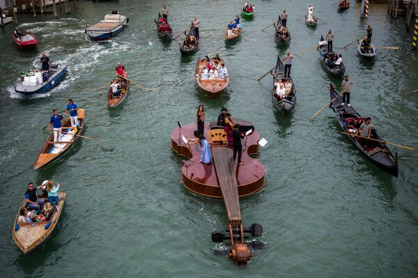 Así se llevó a cabo un singular concierto, en un barco llamado El violín de Noé creado por el artista y escultor Livio De Marchi en memoria de las víctimas del coronavirus. - Sputnik Mundo