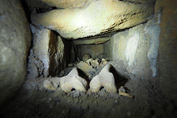 Interior de la estructura de lajas en las que reposaba el esqueleto (Burgos) - Sputnik Mundo