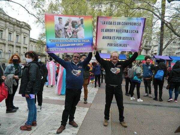 Una pareja homosexual reivindican el derecho a tener una familia y se expresan frente a los prejuicios sociales. - Sputnik Mundo