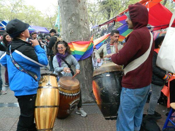 El candombe, género musical tradicional en Uruguay, resonó  antes y durante la marcha. - Sputnik Mundo