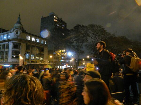 La multitud avanzando por avenida Libertador en dirección hacia la plaza Primero de Mayo.  - Sputnik Mundo