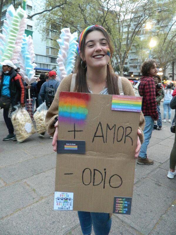 """""""Más amor y menos odio"""", una de las consignas que lucían los carteles en la marcha.  - Sputnik Mundo"""