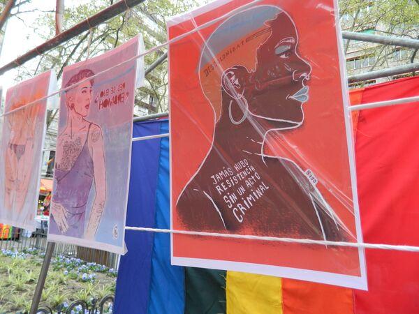 Stand de artesanos en la plaza Libertad, ilustraciones de Paola Gago. - Sputnik Mundo