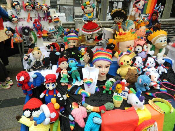 Productos en crochet que se ofrecían en los stands de artesanos en la plaza Libertad, lugar de reunión previo a la marcha. - Sputnik Mundo