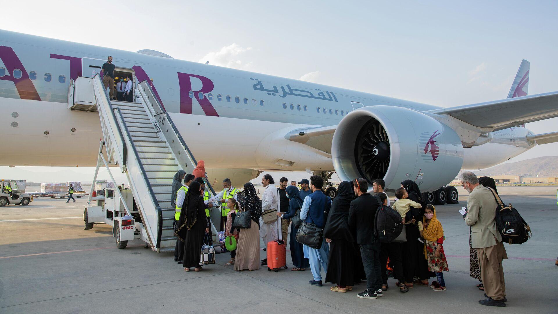 Pasajeros afganos frente a un avión en el Aeropuerto Internacional de Kabul, Afganistán, el 19 de septiembre de 2021 - Sputnik Mundo, 1920, 26.09.2021