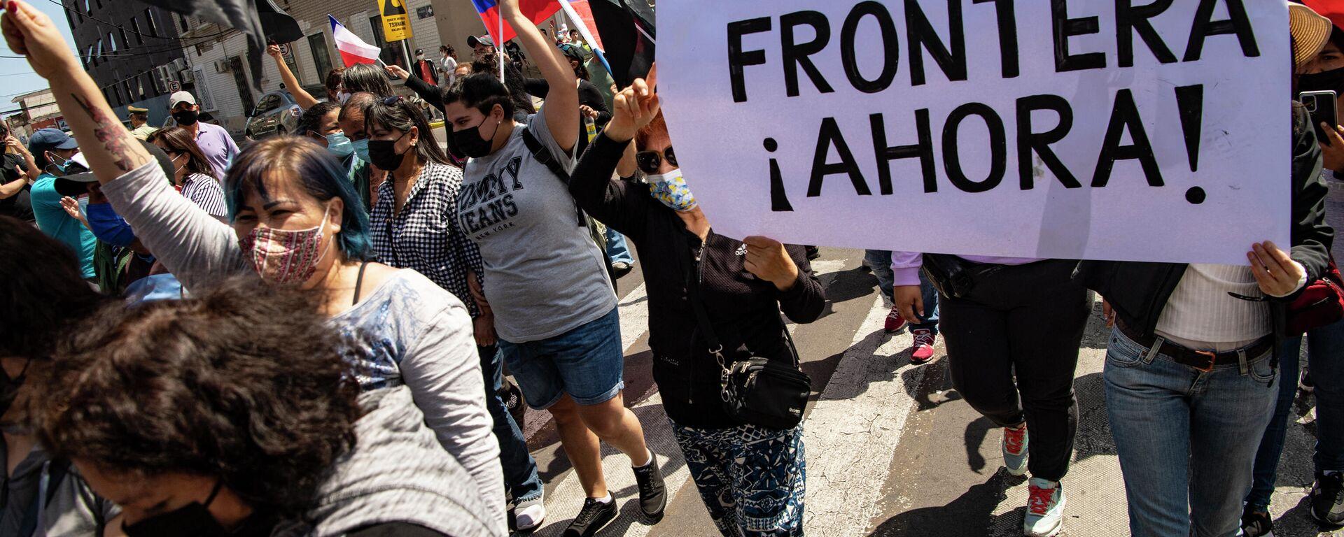 Chilenos protestando contra la migración irregular en Iquique, Chile - Sputnik Mundo, 1920, 26.09.2021