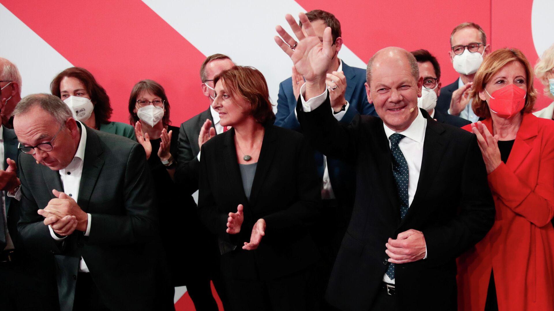 El vicecanciller alemán Olaf Scholz junto a otros miembros del Partido Socialdemócrata de Alemania - Sputnik Mundo, 1920, 27.09.2021