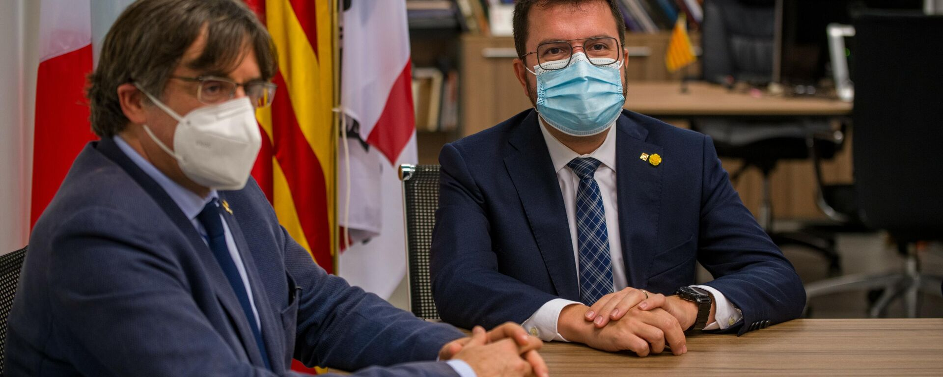 El expresidente de la Generalitat Carles Puigdemont (i) y el actual presidente, Pere Aragonès (d) - Sputnik Mundo, 1920, 27.09.2021