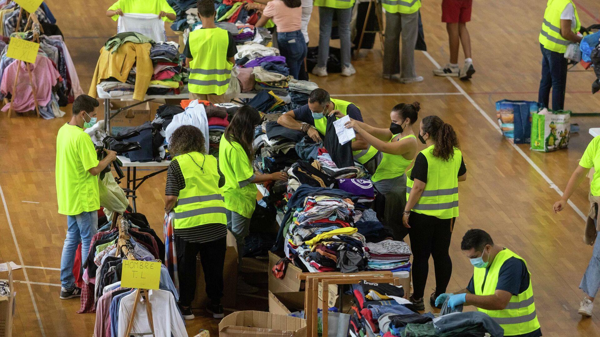 Voluntarios colaboran en la organización de las donaciones llegadas a La Palma - Sputnik Mundo, 1920, 27.09.2021