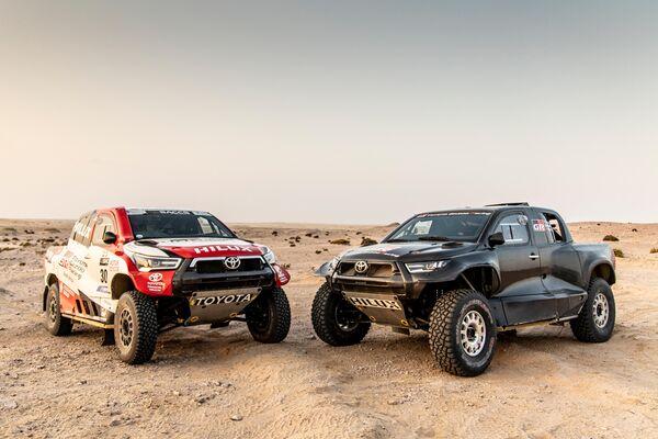 Izquierda: 2021 Dakar Hilux   Derecha: 2022 Dakar Hilux (Prototipo) - Sputnik Mundo
