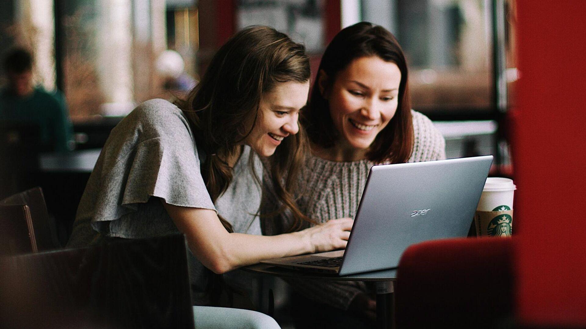 Unas jóvenes usan un ordenador portátil - Sputnik Mundo, 1920, 27.09.2021