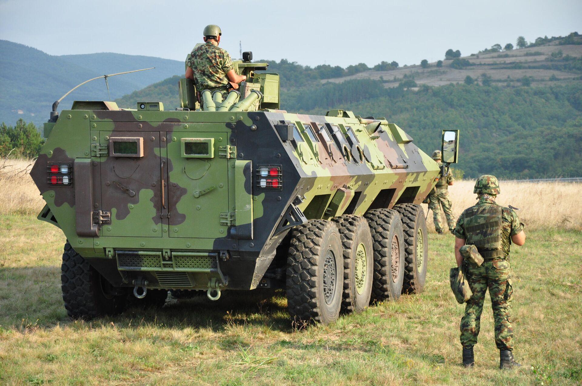 Soldados y blindados del Ejército de Serbia en la frontera con Kosovo, el 27 de septiembre del 2021 - Sputnik Mundo, 1920, 27.09.2021