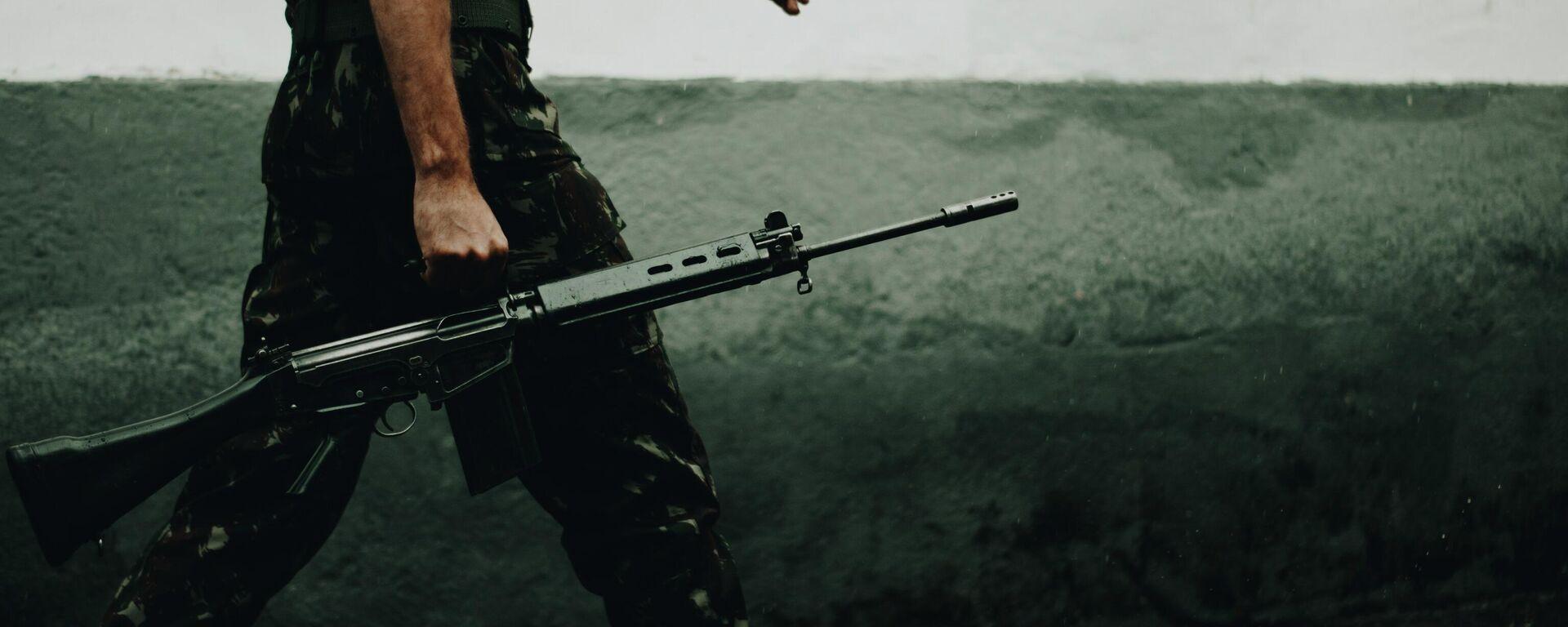 Un soldado sosteniendo un rifle - Sputnik Mundo, 1920, 28.09.2021