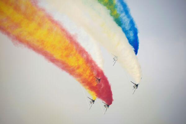 Ba Yi, o 1 de Agosto en español, es otro equipo acrobático que participa en el evento. Al igual que los Red Falcons, también pertenece a la Fuerza Aérea china.   - Sputnik Mundo