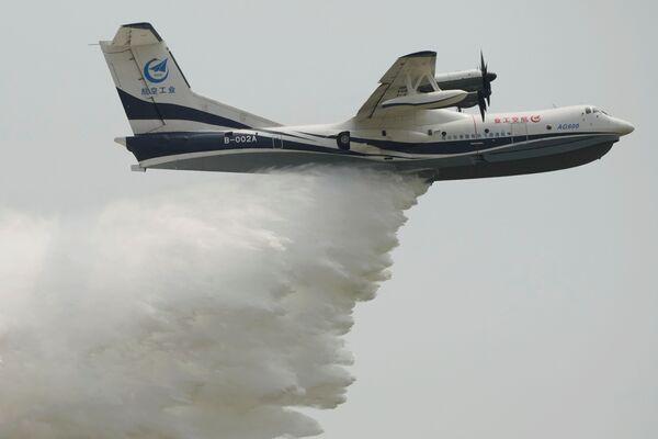 El avión chino AG600 —uno de los aviones anfibios más grandes del mundo— realiza una demostración durante el Salón Aeroespacial de Zhuhai.  - Sputnik Mundo