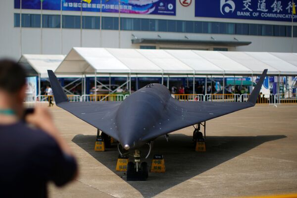 En el evento también fue presentada una nueva serie de drones Feihong, que incluye un helicóptero, cohetes portadores y aeronave de ala fija furtiva.El Salón Aeroespacial de Zhuhai es una de las primeras oportunidades para ver de cerca el dron de gran altitud WZ-8. - Sputnik Mundo