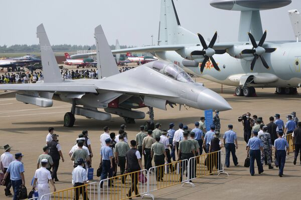 Una de las principales novedades de la 13 edición del Salón Aeroespacial de Zhuhai ha sido el avión de guerra electrónica J-16D, que se ha mostrado al público por primera vez.   - Sputnik Mundo