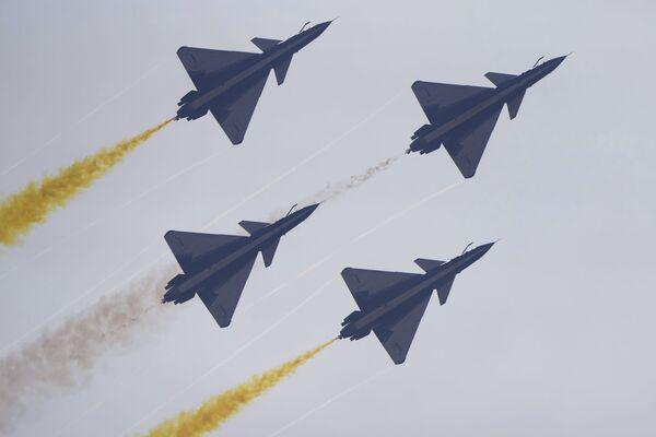 Los cazas J-10 del grupo acrobático 1 de Agosto vuelan en formación cerrada durante el Salón Aeroespacial de Zhuhai.  - Sputnik Mundo