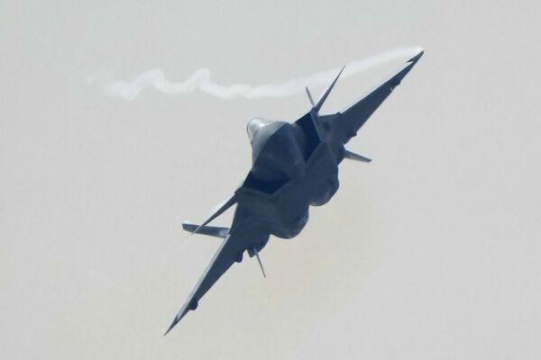El caza chino de quinta generación J-20 sobrevuela las instalaciones del Salón Aeroespacial de Zhuhai.  - Sputnik Mundo