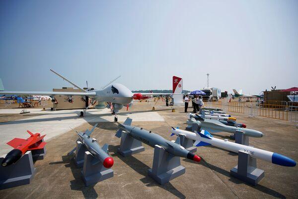 Un dron Wing Loong II se exhibe junto con su arsenal en el Salón Aeroespacial de Zhuhai. - Sputnik Mundo