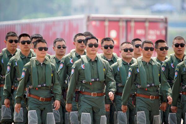 Miembros del equipo acrobático chino Red Falcon asisten a un evento en el marco del Salón Aeroespacial de Zhuhai. - Sputnik Mundo