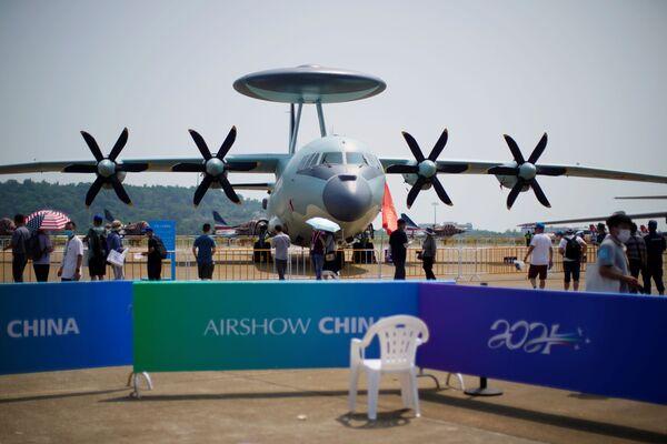 Unos visitantes observan el avión de alerta temprana chino KJ-500 en el Salón Aeroespacial de Zhuhai.  - Sputnik Mundo