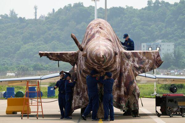 Un caza J-10 del equipo aerobático chino Ba Yi, o 1 de Agosto, estacionado en las instalaciones del Salón Aeroespacial de Zhuhai.  - Sputnik Mundo
