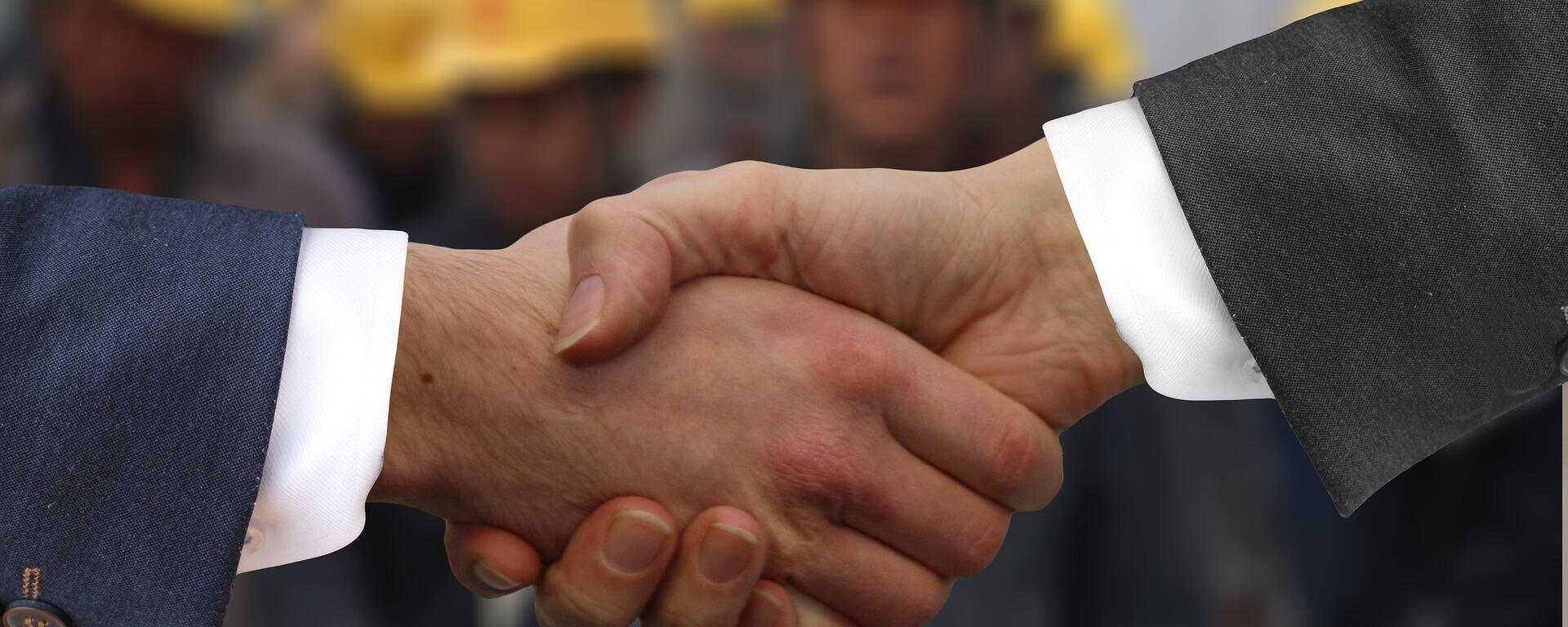 Dos hombres dándose las manos - Sputnik Mundo, 1920, 28.09.2021